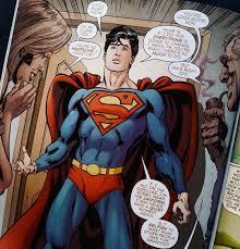 Clark Kent con su futuro uniforme